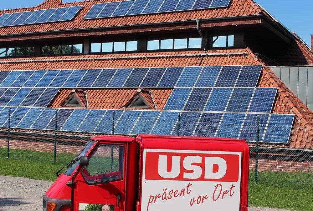 USD Ape vor Photovoltaik-Anlage